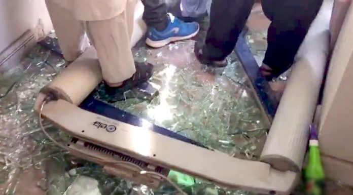 Geo and Jang Media Office Karachi, Under attack by Protesters
