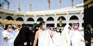 Imran Khan Performs Umrah In Grand Mosque of Makkah with His Wife